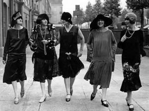 Mujeres de los años 20 con vestidos cortos, estilo coctel