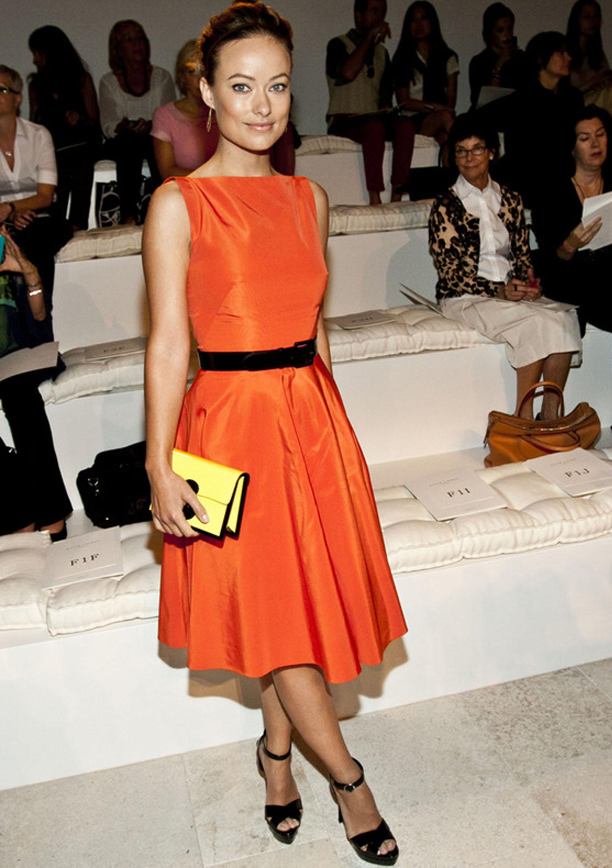 37e4f9eab0 Olivia Wilde asistió a la front row con este vestido naranja con falda  tableada