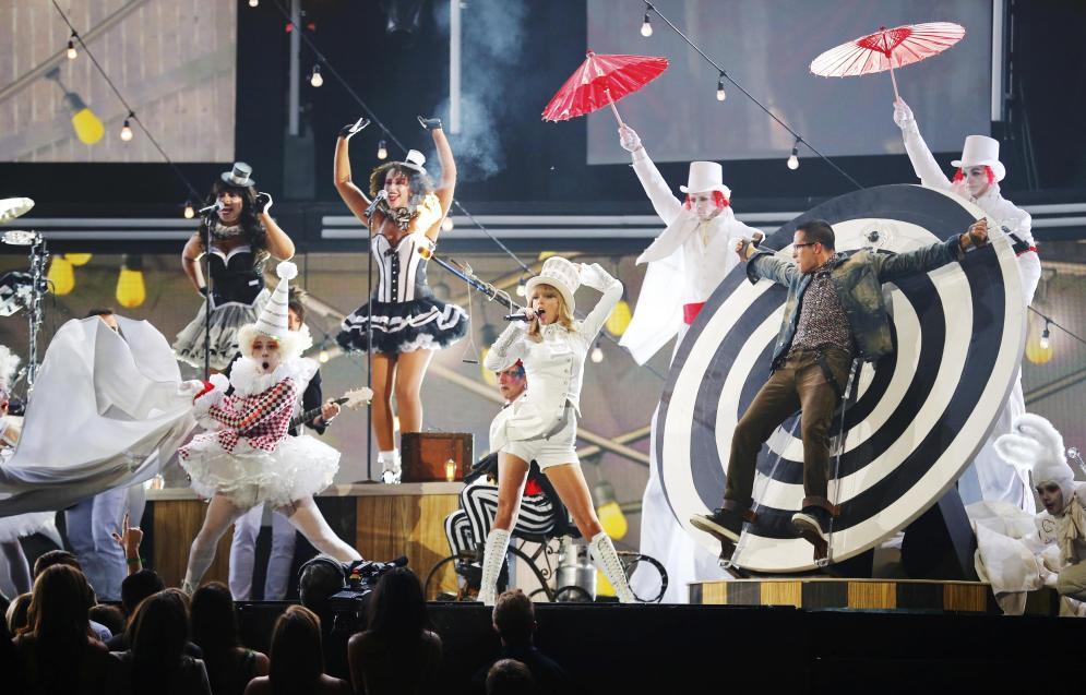 Taylor swift dió un gran espectáculo en la gala