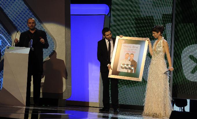 Miguel Bosé recibe su disco de platino