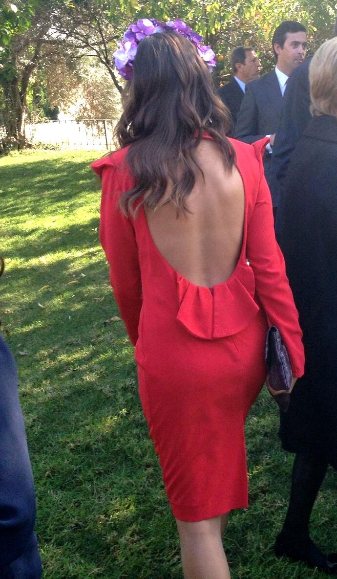 invitada con vestido de manga larga y espalda al aire de lamasmona.com