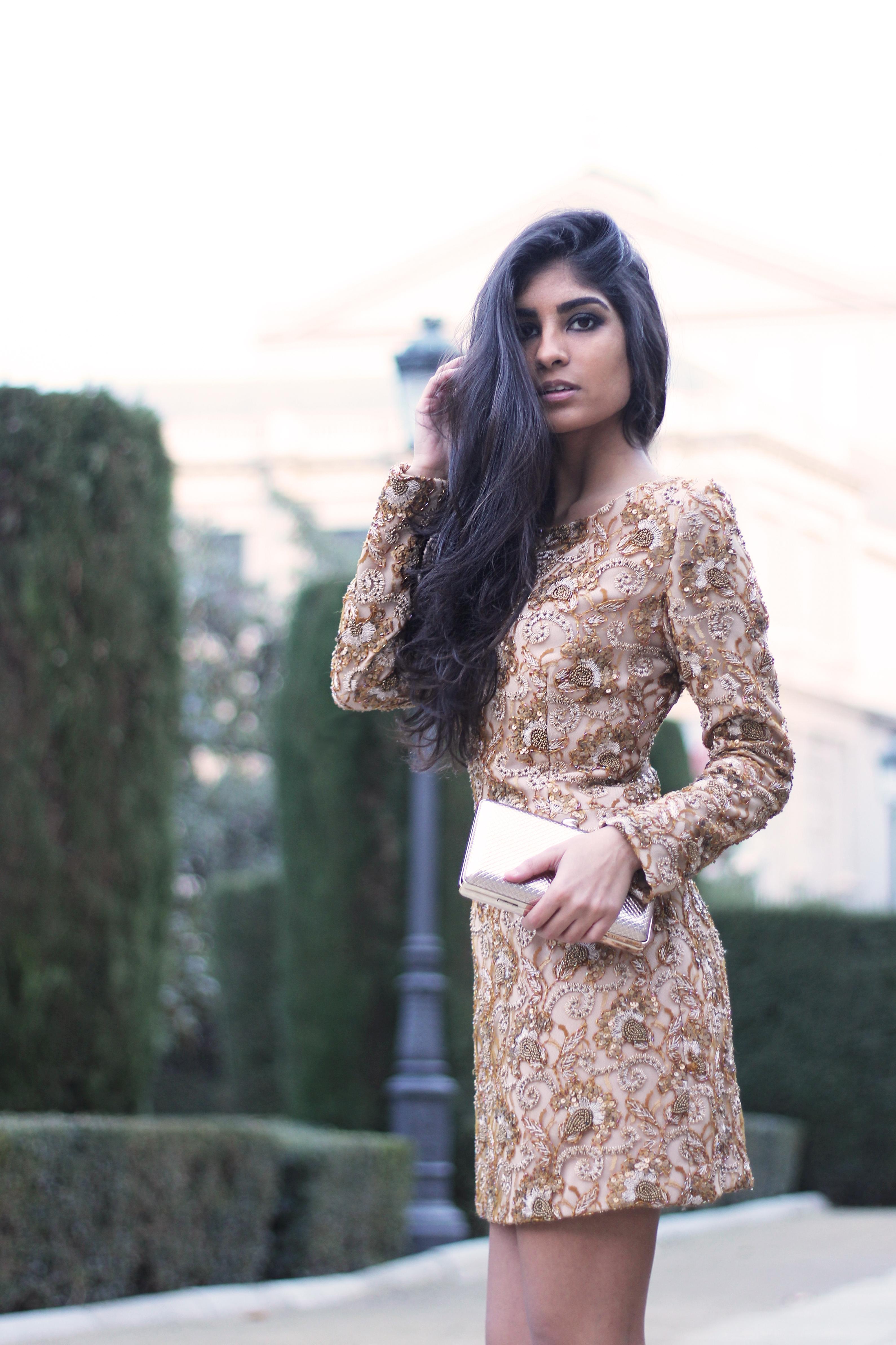 invitada con vestido de pedrería dorada de lamasmona.com