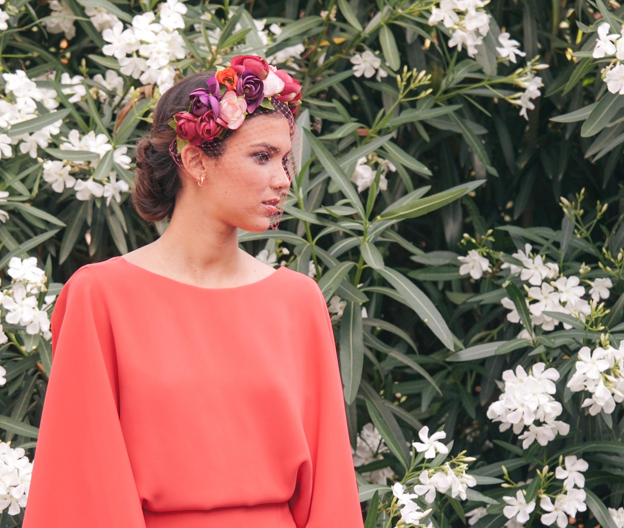 invitada con vestido y corona con velo de lamasmona.com
