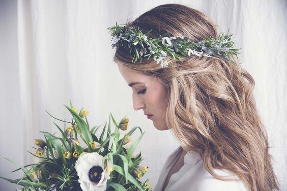 invitada de boda con corona