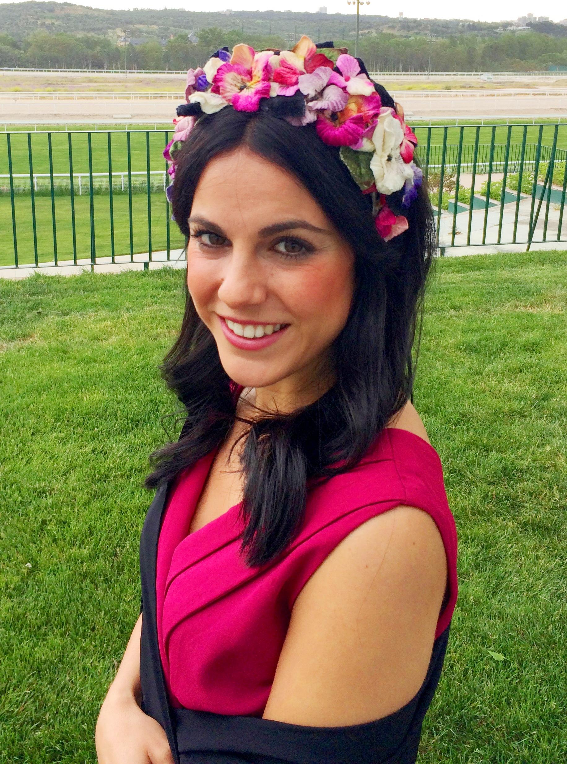 invitada con corona de flores de lamasmona.com