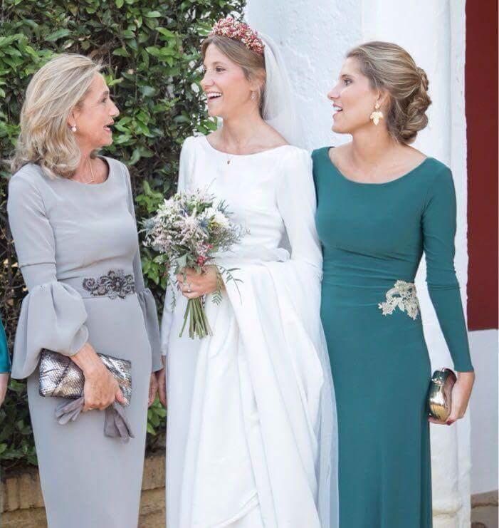 madre de la novia de gris